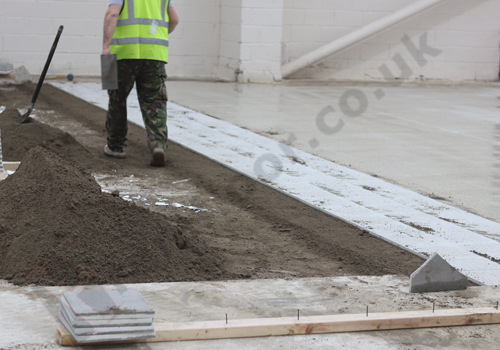 Operative installing in-situ terrazzo to an apartment block skirting